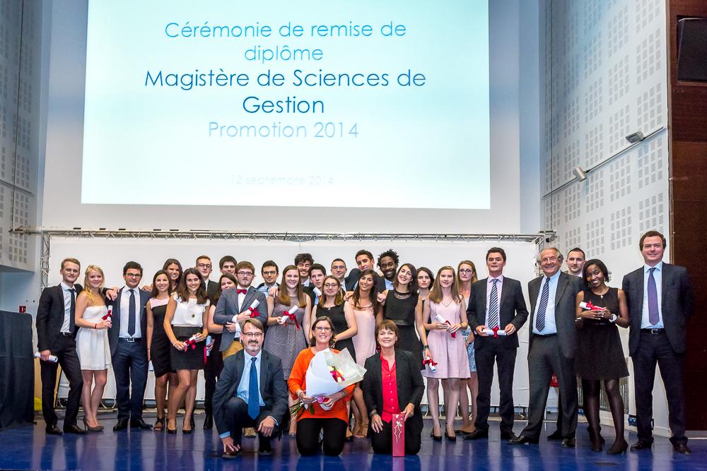 Photo de groupe des étudiants diplômés du Magistère de gestion 2014 Paris Dauphine. © Sébastien Borda