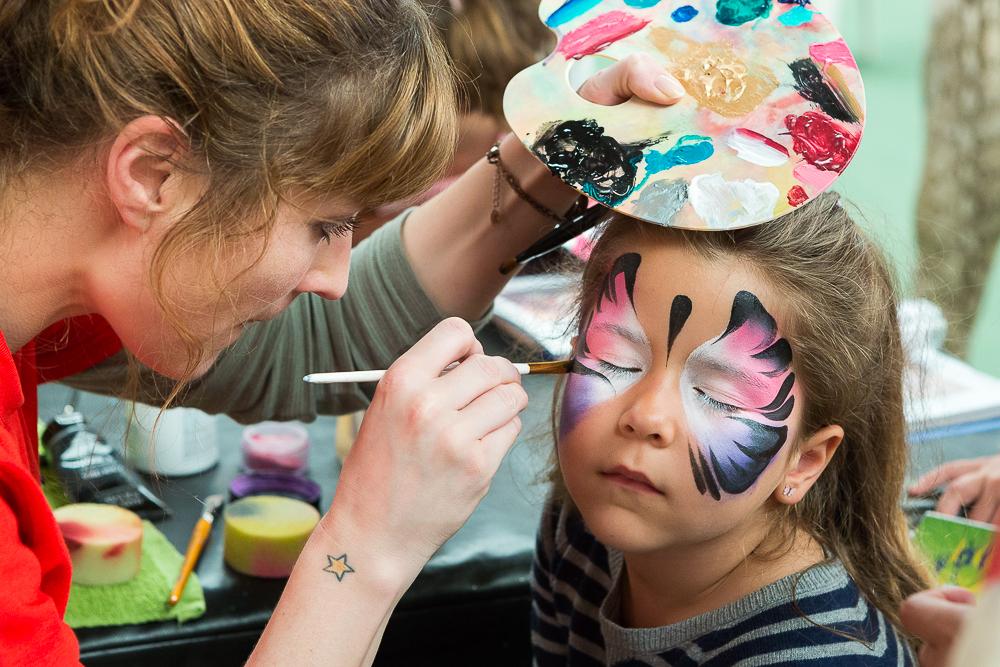 Atelier maquillage pen  dant la journée de l'é  vènement : Le  Brésil en privé  Brésil en privé. 2014.© Sébastien Borda