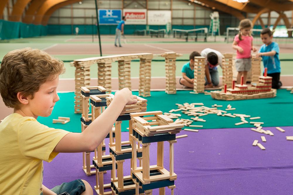 Atelier de construction en bois pour enfants : KAPLA.   Le  Brésil en privé. 2014.© Sébastien Borda