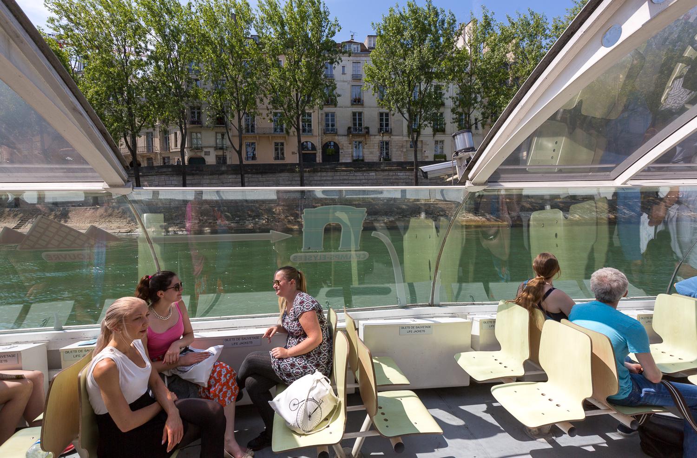 Touristes profitant du soleil pendant la navigation. © Sébastien Borda