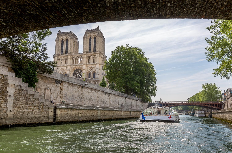 Passage du Batobus versNotre-Dame depuis la Seine et le petit-pont. © Sébastien Borda