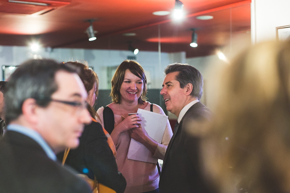 Echanges entre collaborateurs pendant un événement d'entreprise. © Sébastien Borda | www.sebastienborda.com