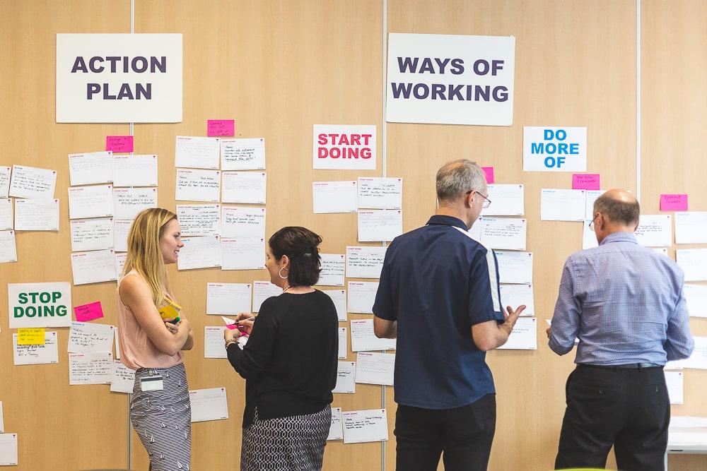 Exercice de mise en commun des idées pendant un événement team building d'une entreprise.© Sébastien Borda I www.sebastienborda.com