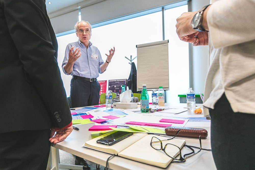 Prise de parole d'un intervenant pendant un événement team building d'une entreprise.© Sébastien Borda I www.sebastienborda.com