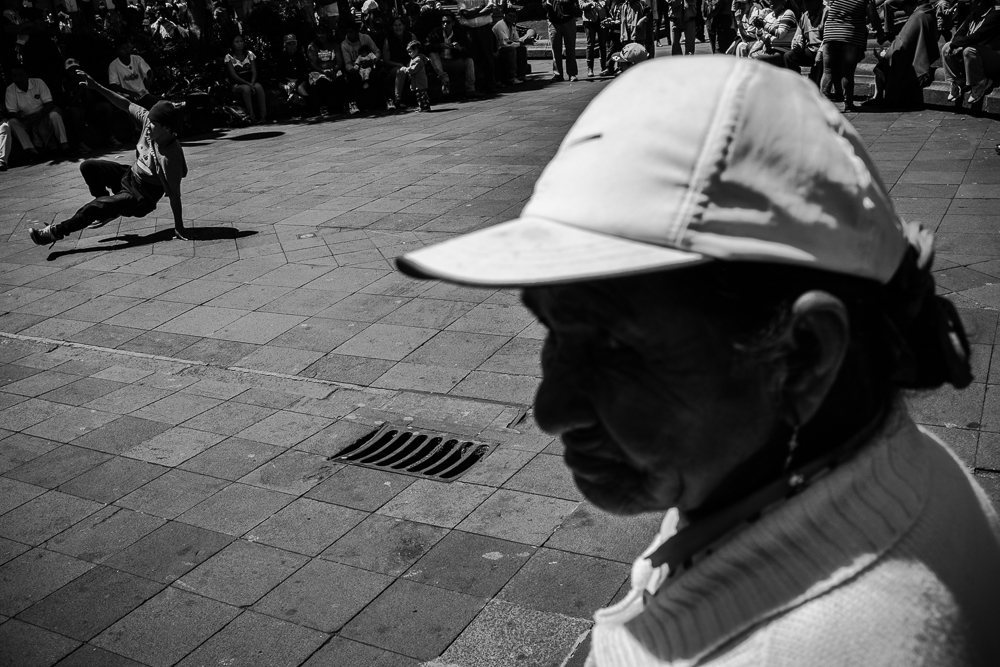 A crowd gathers to watch Sunday breakdancing in the Plaza Grande, Quito Ecuador, 29 June 2014. © Bear Guerra
