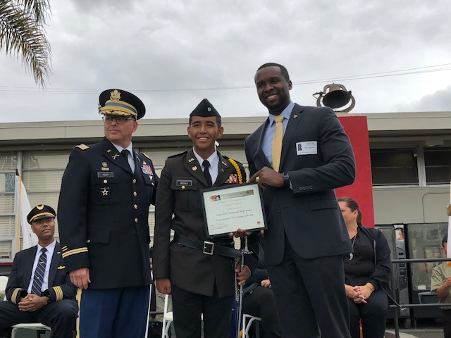 LTC Ken Coop (OMI Commandant) and Jerry Varnado '07 presenting a leadership award
