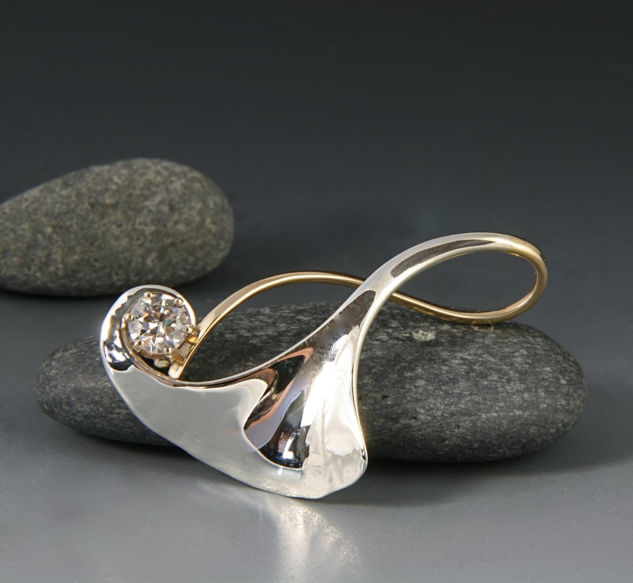 GINGKO PENDANT WITH DIAMOND