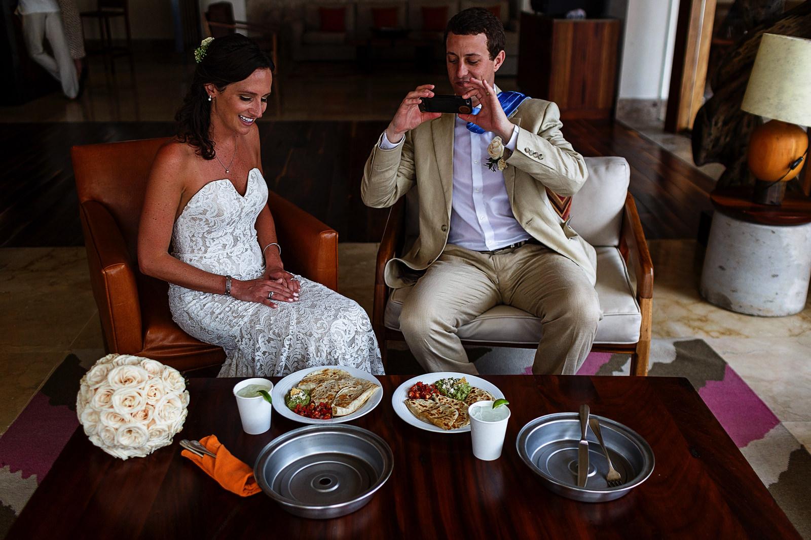 Bride and groom enjoy quesadillas with guacamole after the couple's portraits - Eder Acevedo cancun los cabos vallarta wedding photographer