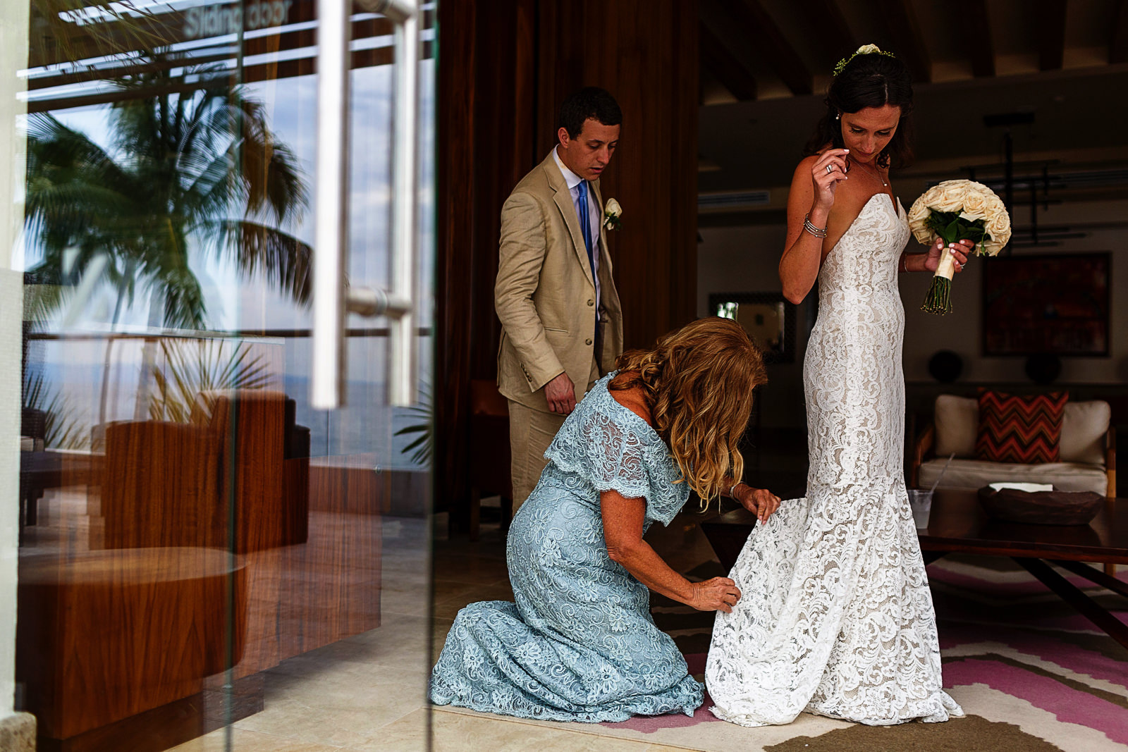 Mother of the bride helps to do the bustle of the wedding dress - Eder Acevedo cancun los cabos vallarta wedding photographer