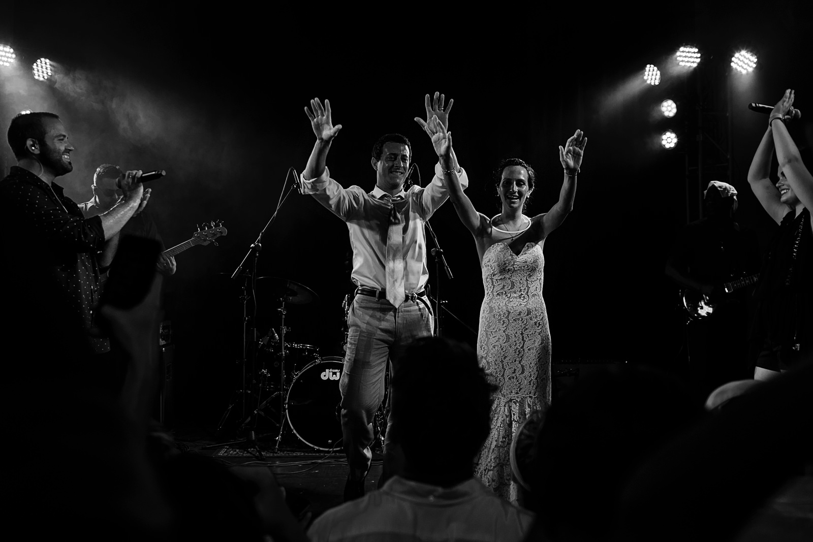 Couple on stage for last song at wedding reception - Eder Acevedo cancun los cabos vallarta wedding photographer