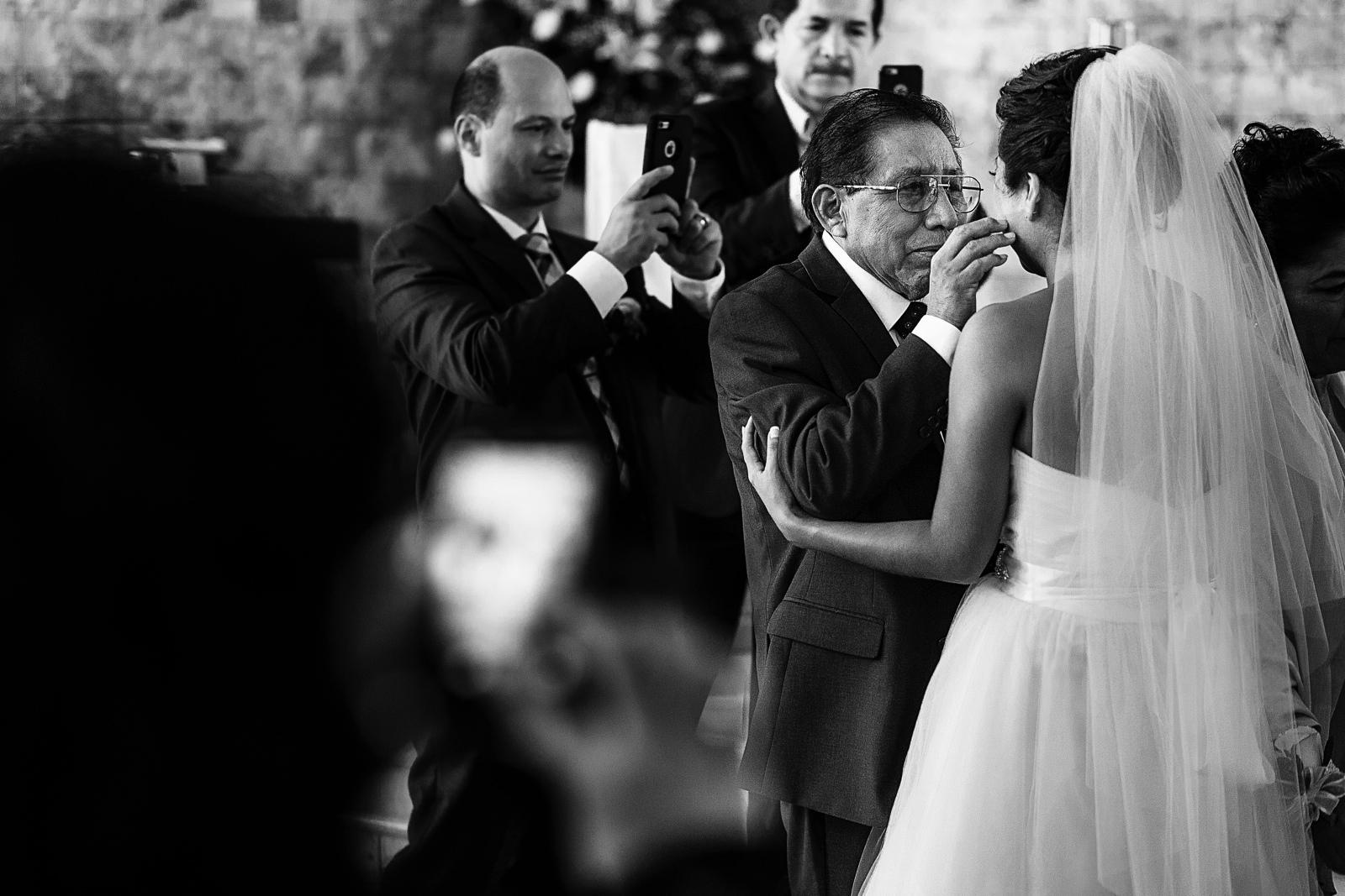 Papá de la novia dando bendición personal a su hija