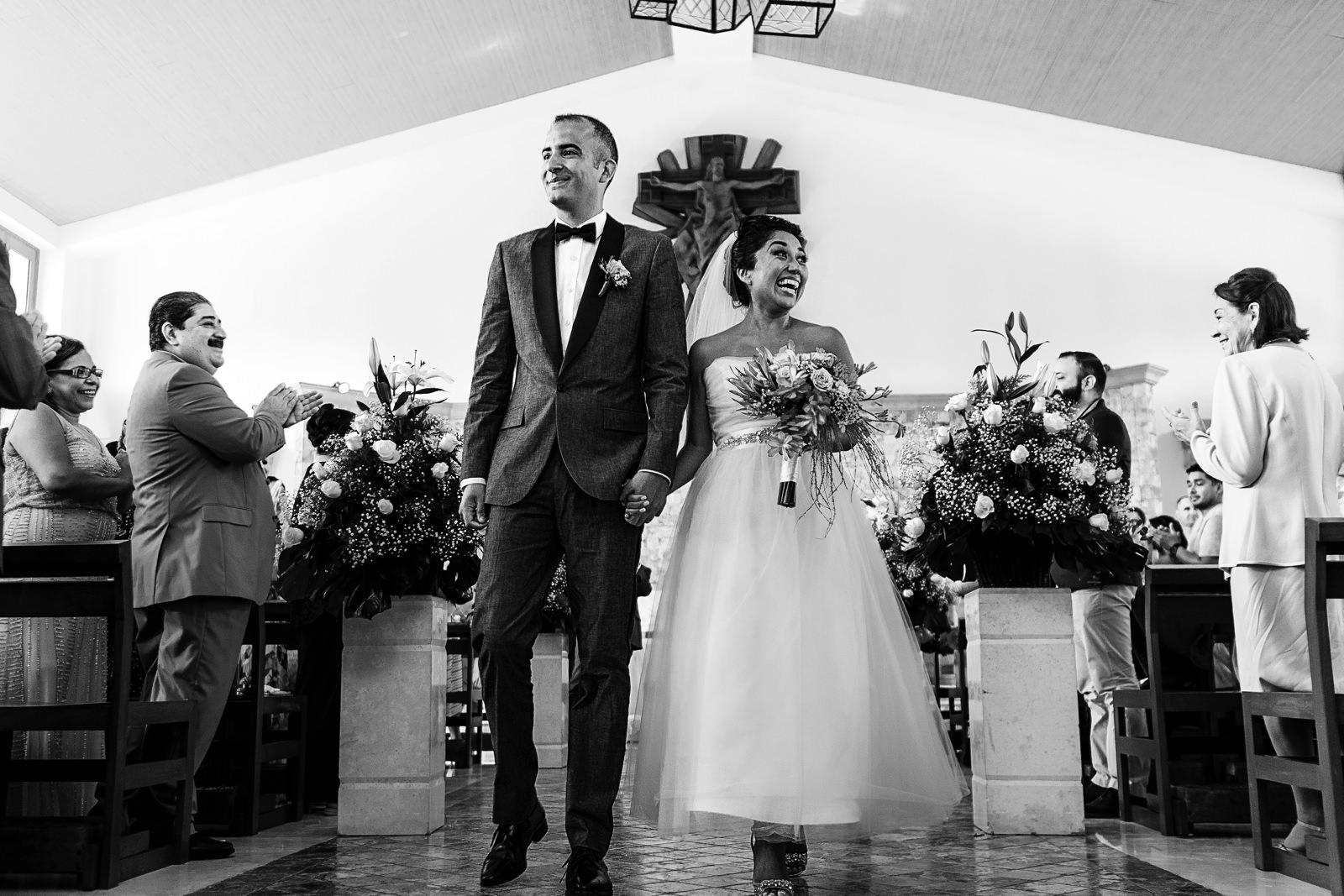 Pareja saliendo de la iglesia al terminar ceremonia religiosa de su boda