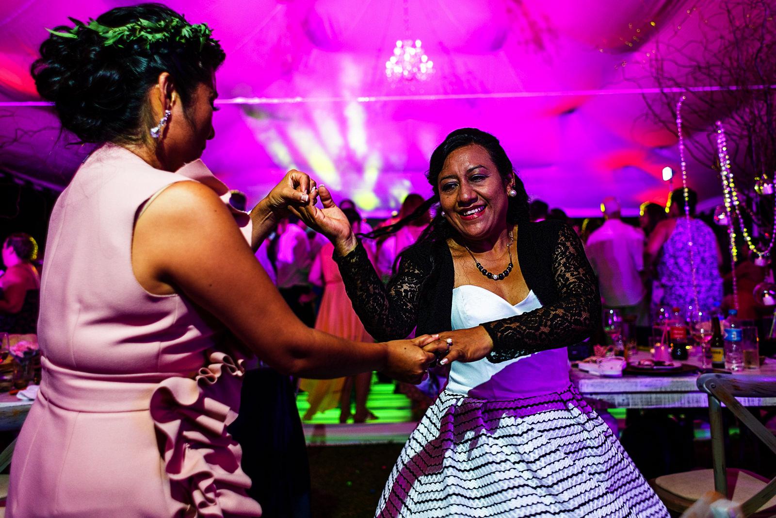 Dos mujeres bailan en la recepción de boda