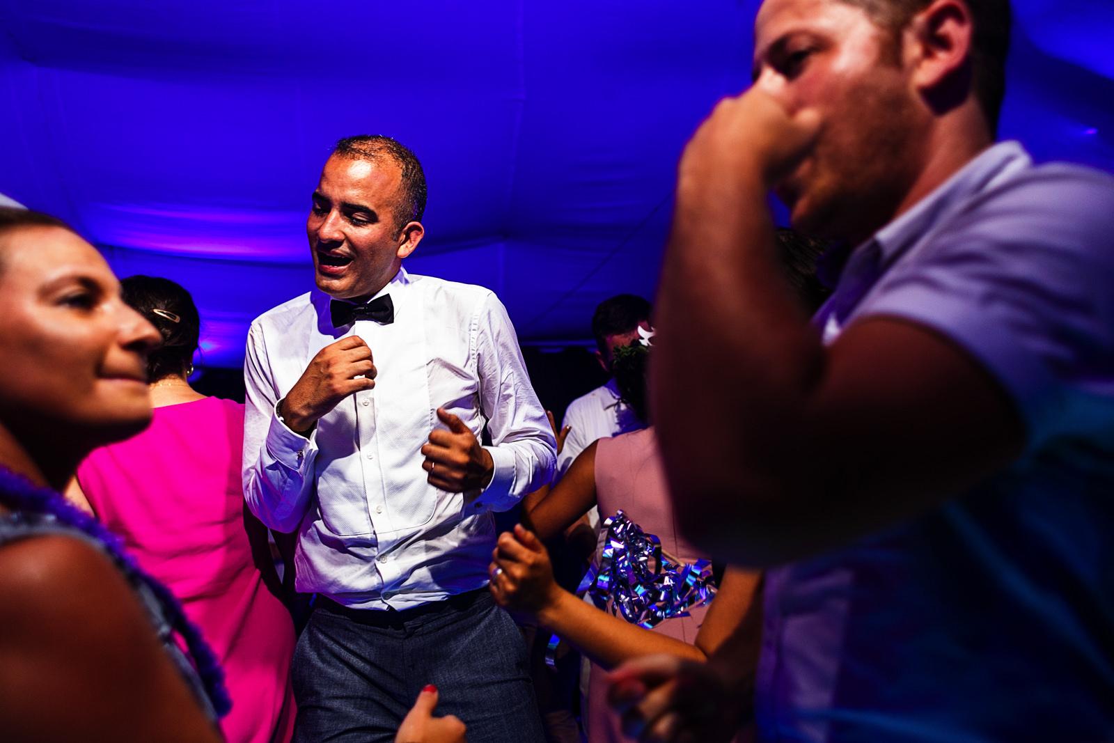 Novio e invitados bailando en la fiesta del día de su boda