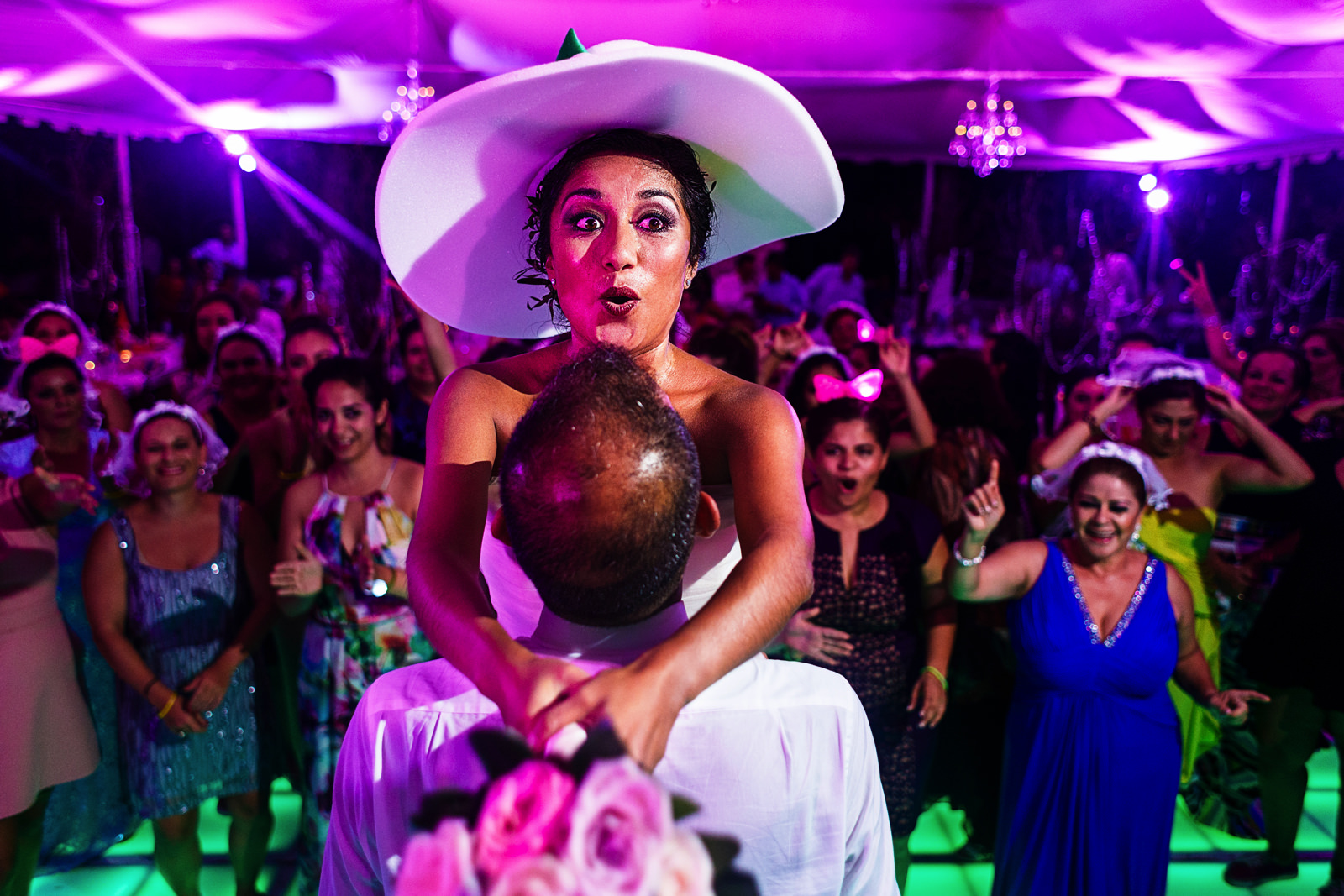 Novia a punto de lanzar el ramo en la recepción de su boda