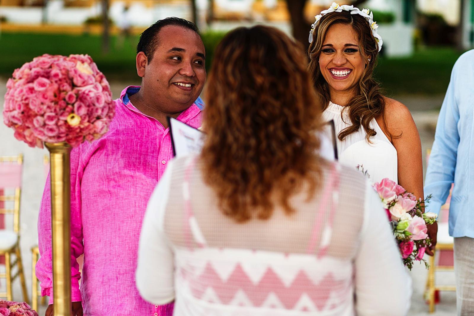Pareja de novio y novia durante la ceremonia en su boda destino en playa