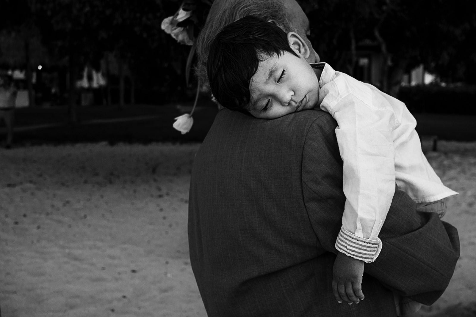 El hijo de la pareja contrayente se queda dormido en la ceremonia civil en la playa del St Regis Resort Punta Mita