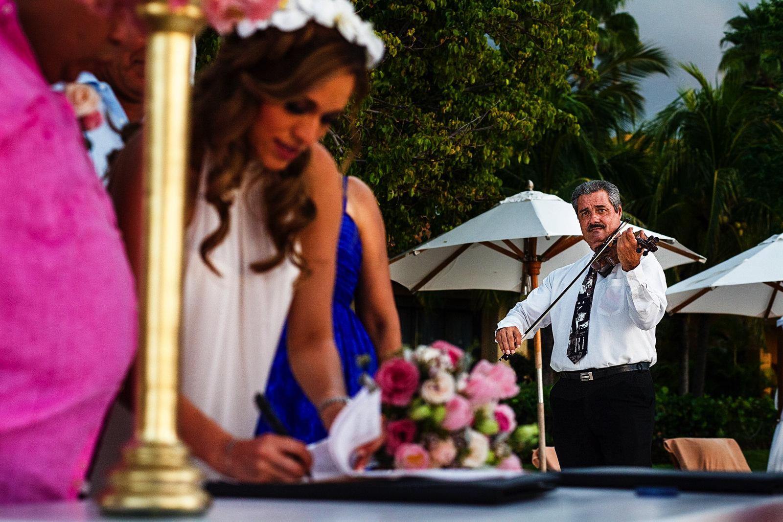Violinista toca durante la firma de documentos legales del matrimonio