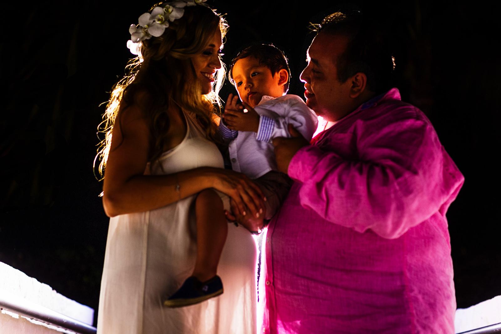 Retrato de novia, novio e hijo después de la cena en boda destino St Regis Punta Mita