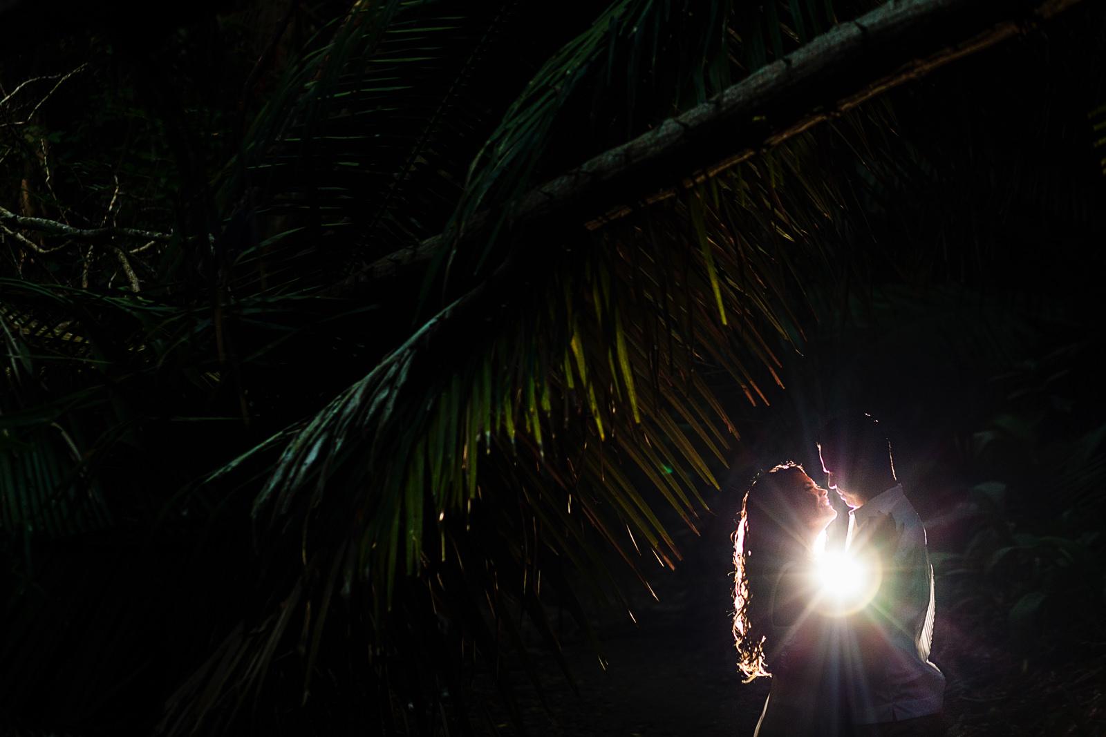 Pareja de novios frente a frente en su sesión de compromiso días antes de su boda en Puerto Vallarta
