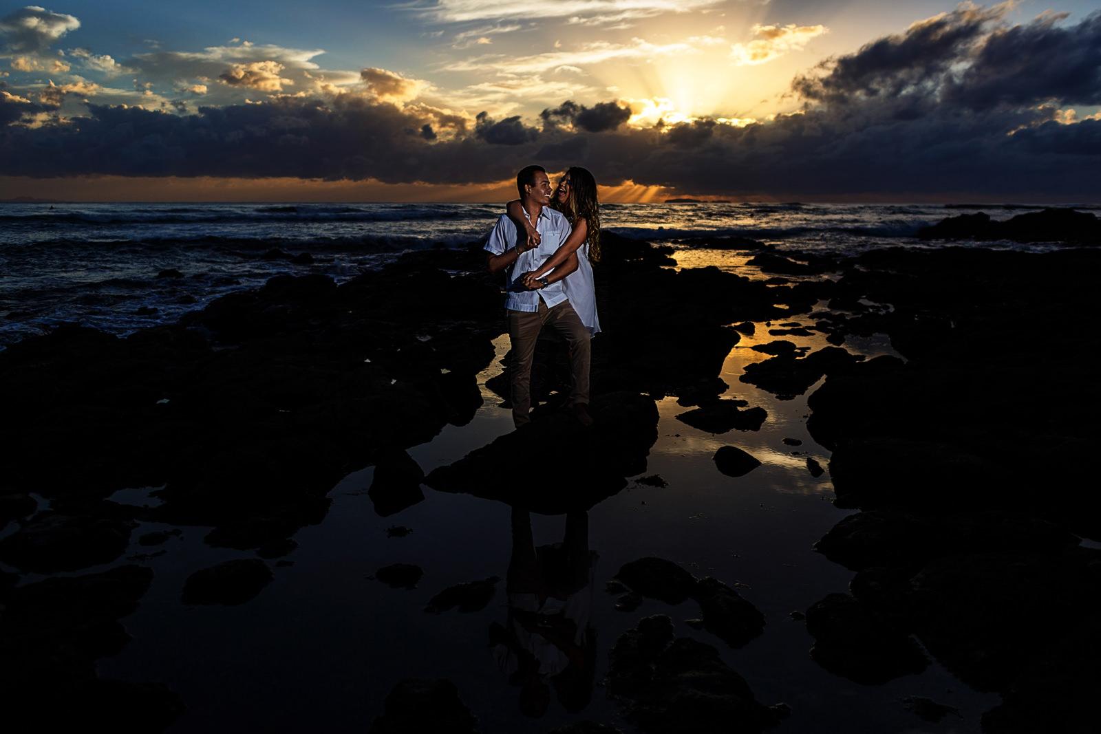 Prometida abrazando por detrás a su pareja al atardecer en una playa cercana a Puerto Vallarta