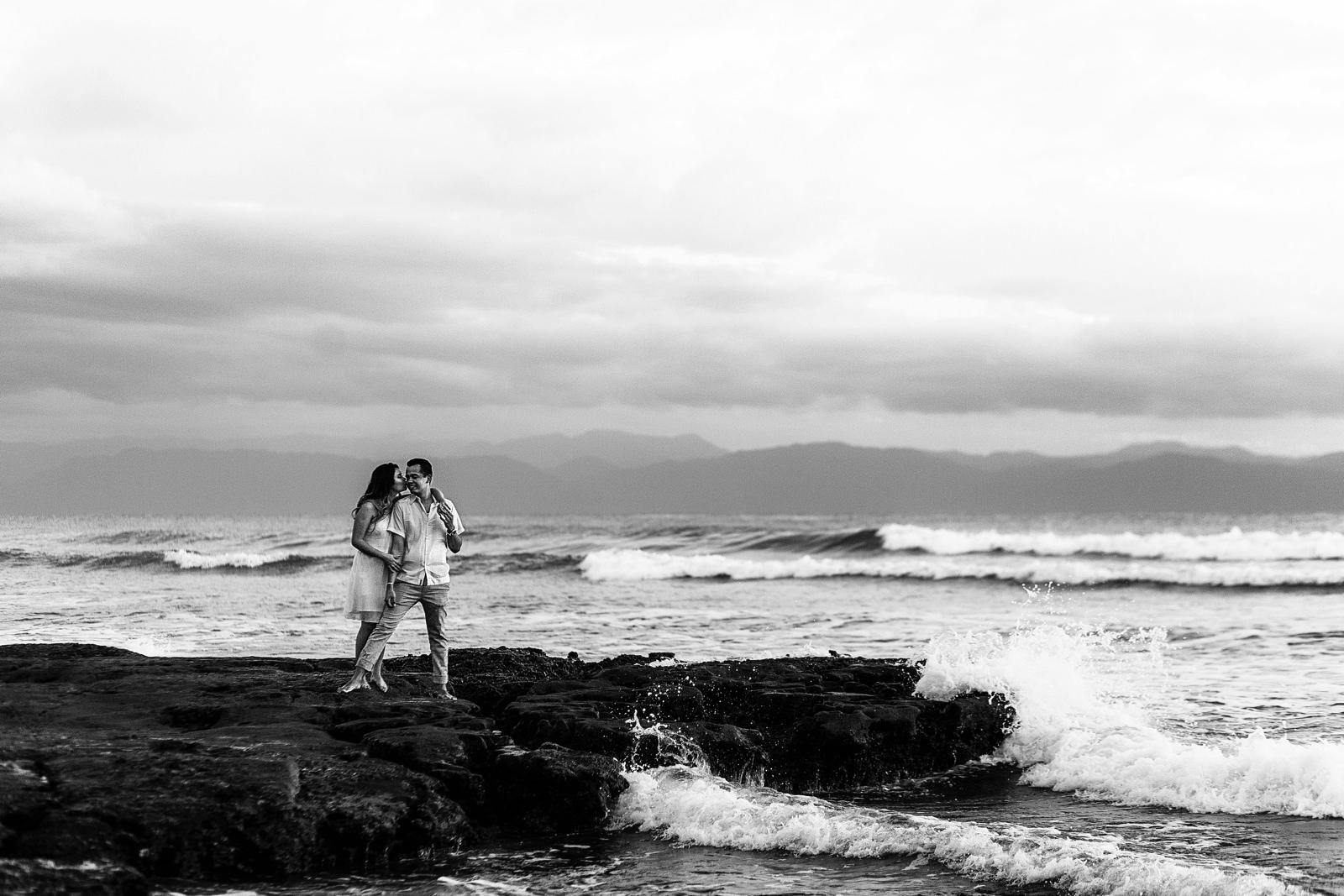 Sesion casual en playa La Lancha cerca de Punta Mita, Vallarta. Las olas rompen en la roca que la pareja esta parada