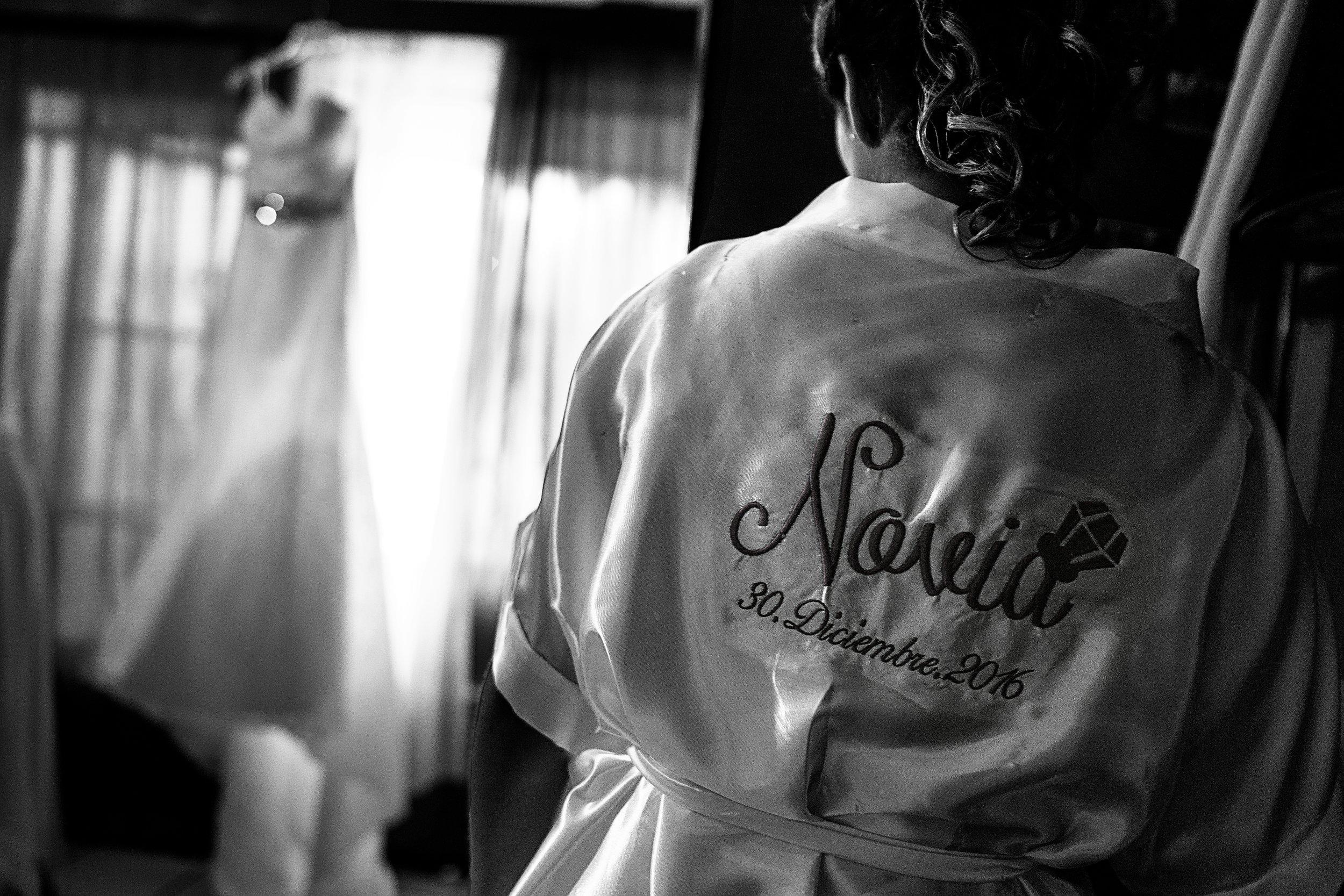"""La novia viste una bata que en la espalda tiene bordado """"Novia 30.Diciembre.2016"""""""