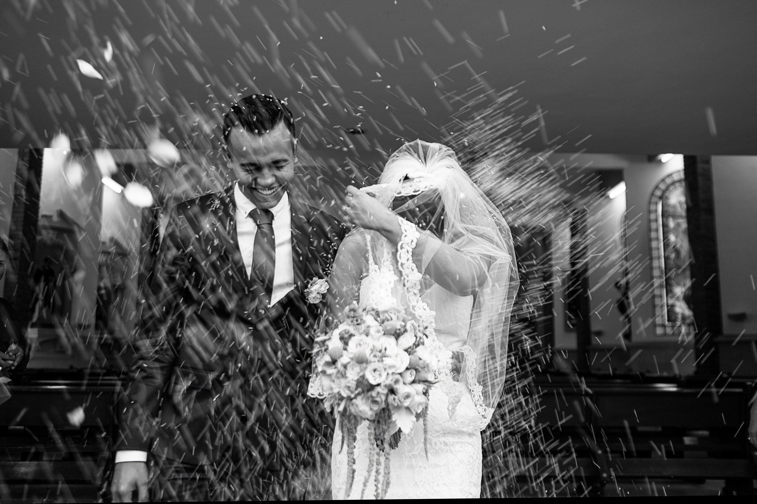 Lluvia de arroz a la salida de la feliz pareja al terminar su ceremonia religiosa de boda