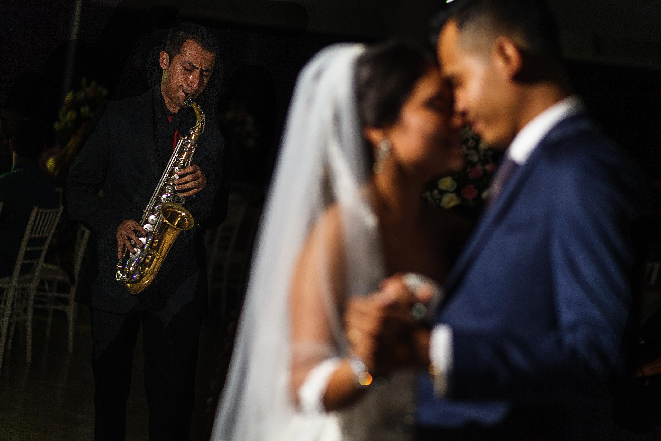 Novio y novia bailan al sonido del romántico saxofón