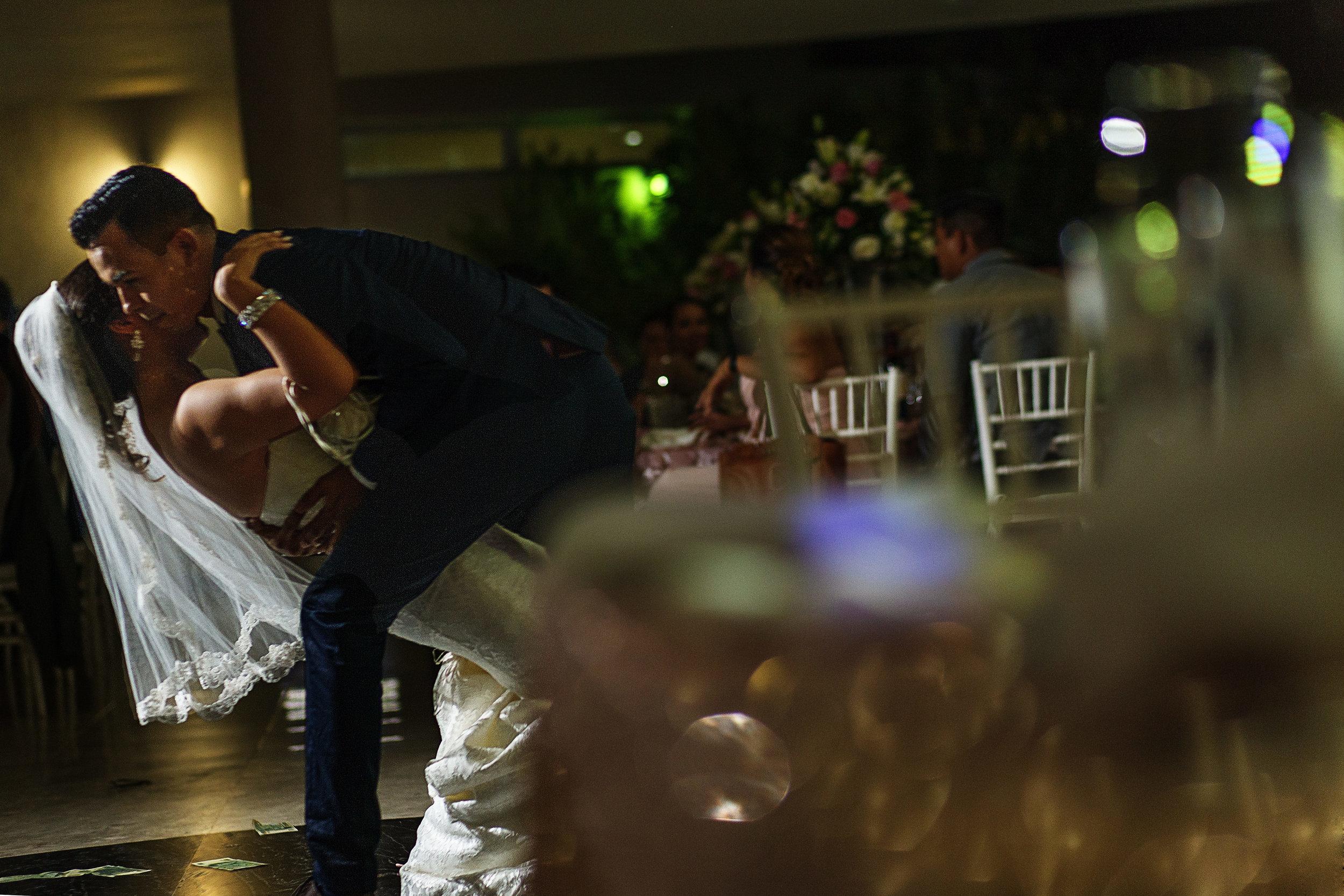 El novio inclina a la novia durante su primer baile como esposos, en la recepción de su boda