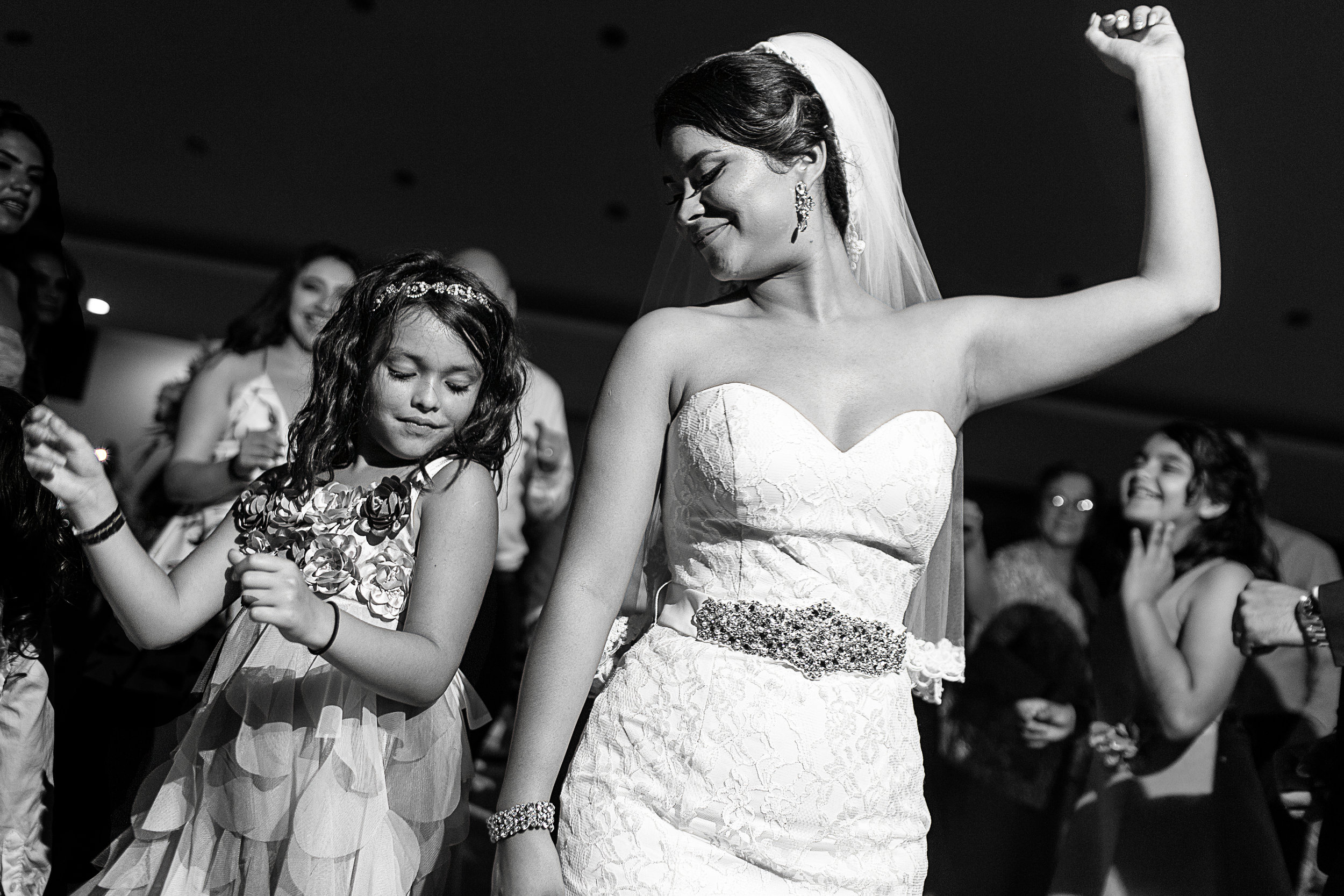 Novia baila con una pequeña invitada durante la fiesta de la boda