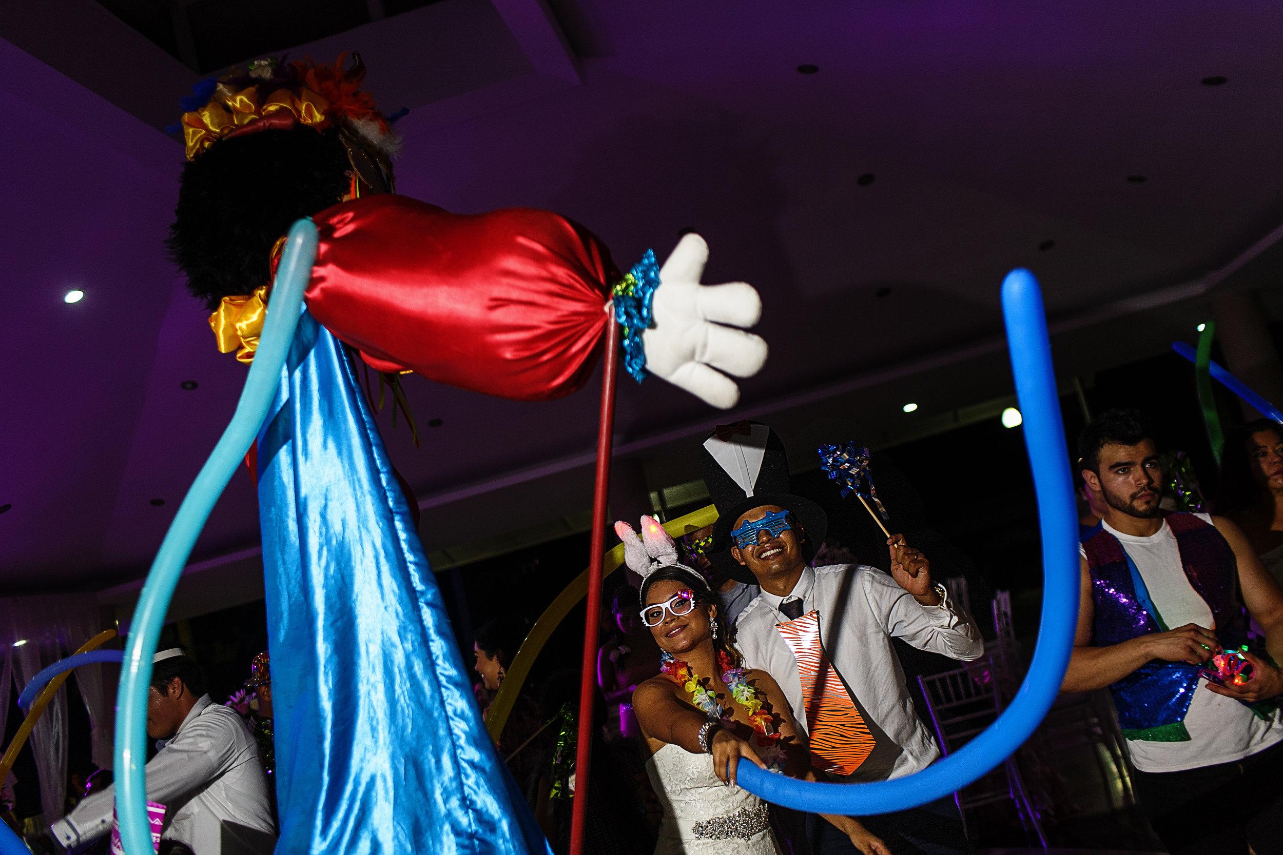 Botarga gigante baila con la pareja de novios en la fiesta de la boda