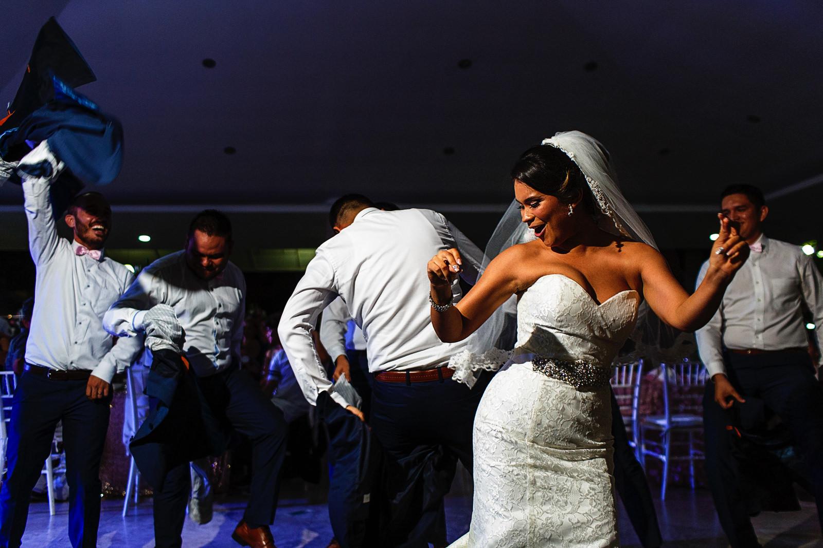 La novia se une al baile de presentación del grupo nupcial durante la fiesta de la boda