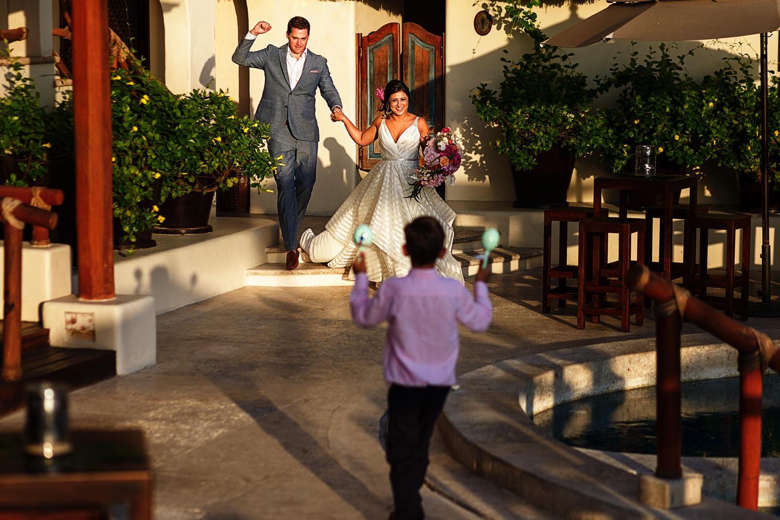 groom-bride-entrance-maraca-shake