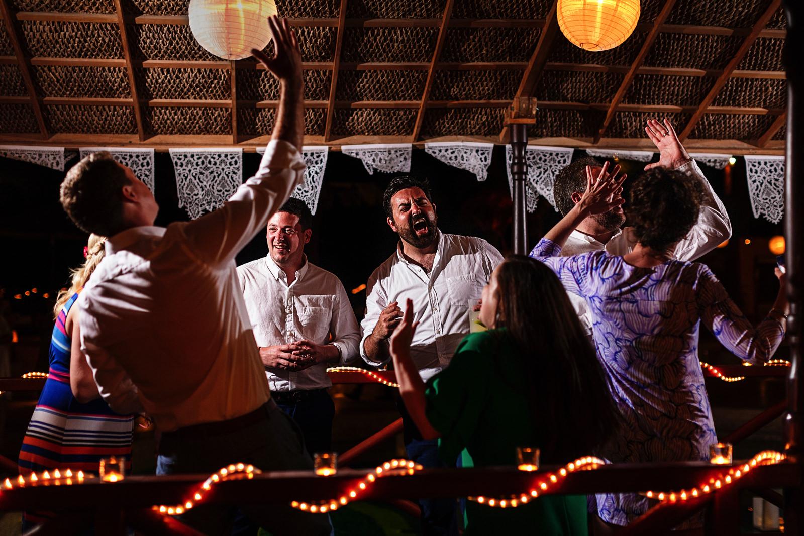guests-sing-dance-enjoy-dancefloor