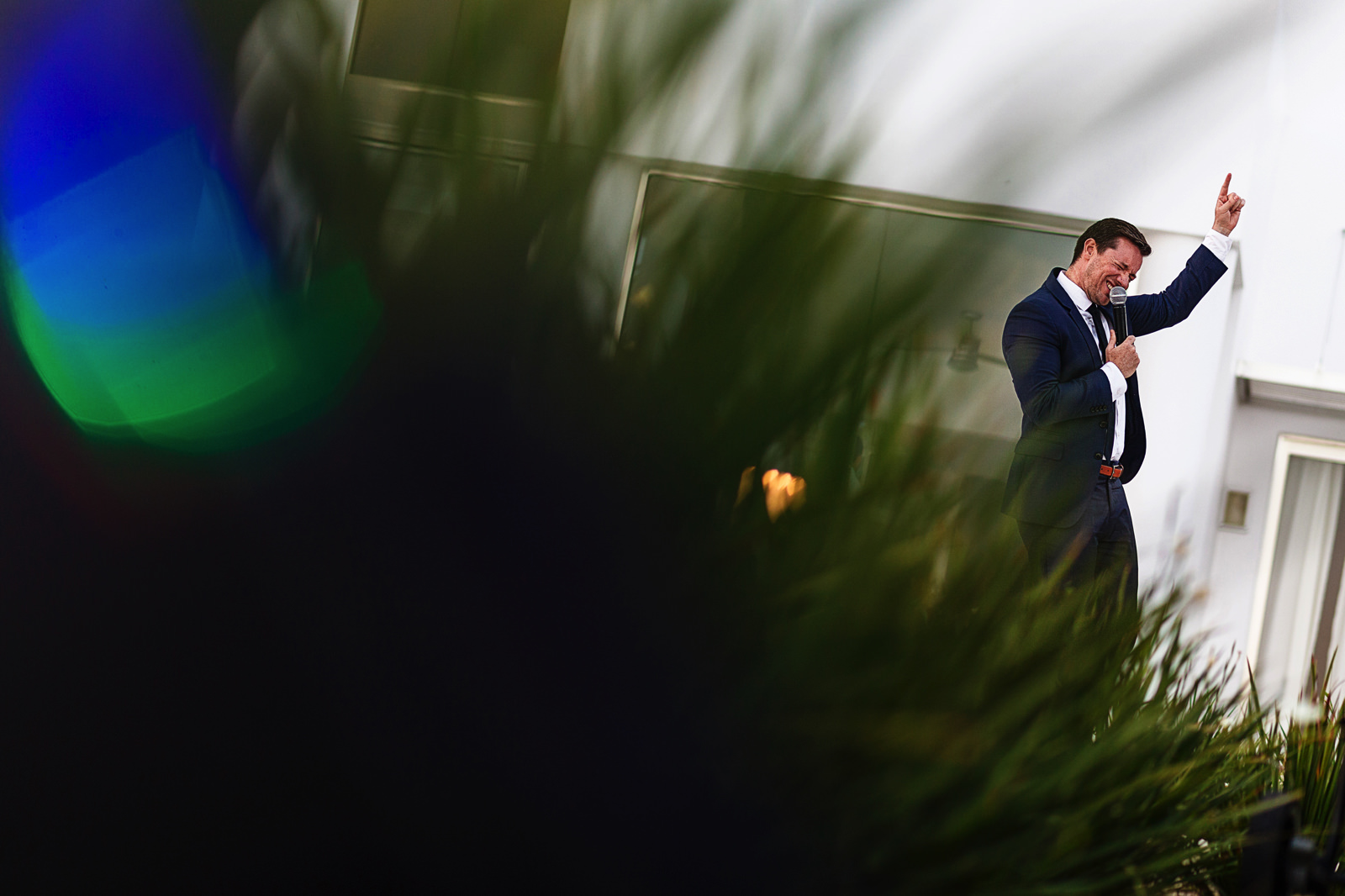 ceremony-master-giving-speech-wedding-couple