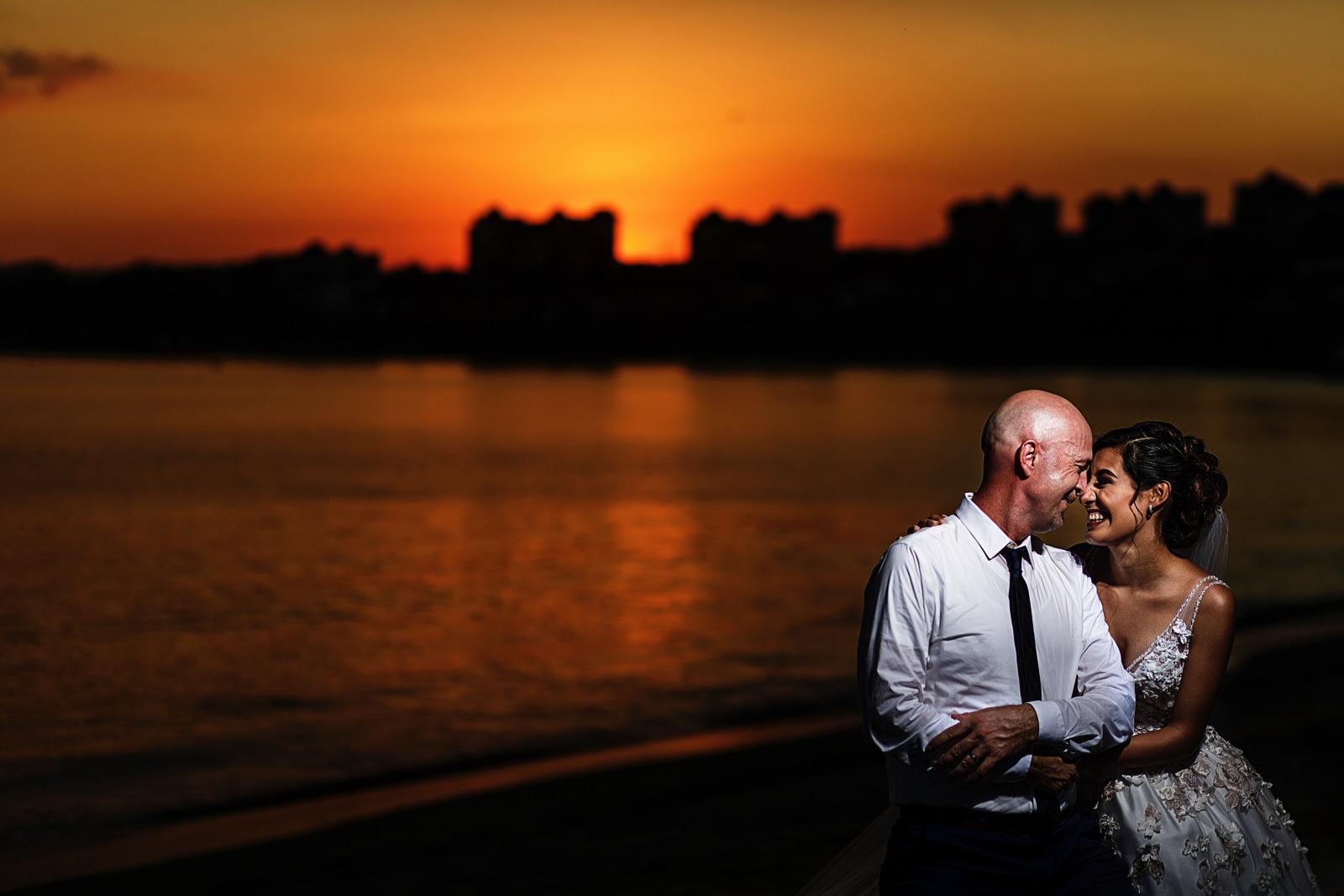Novia y novio en el atardecer en la bahia de Banderas, recién casados.