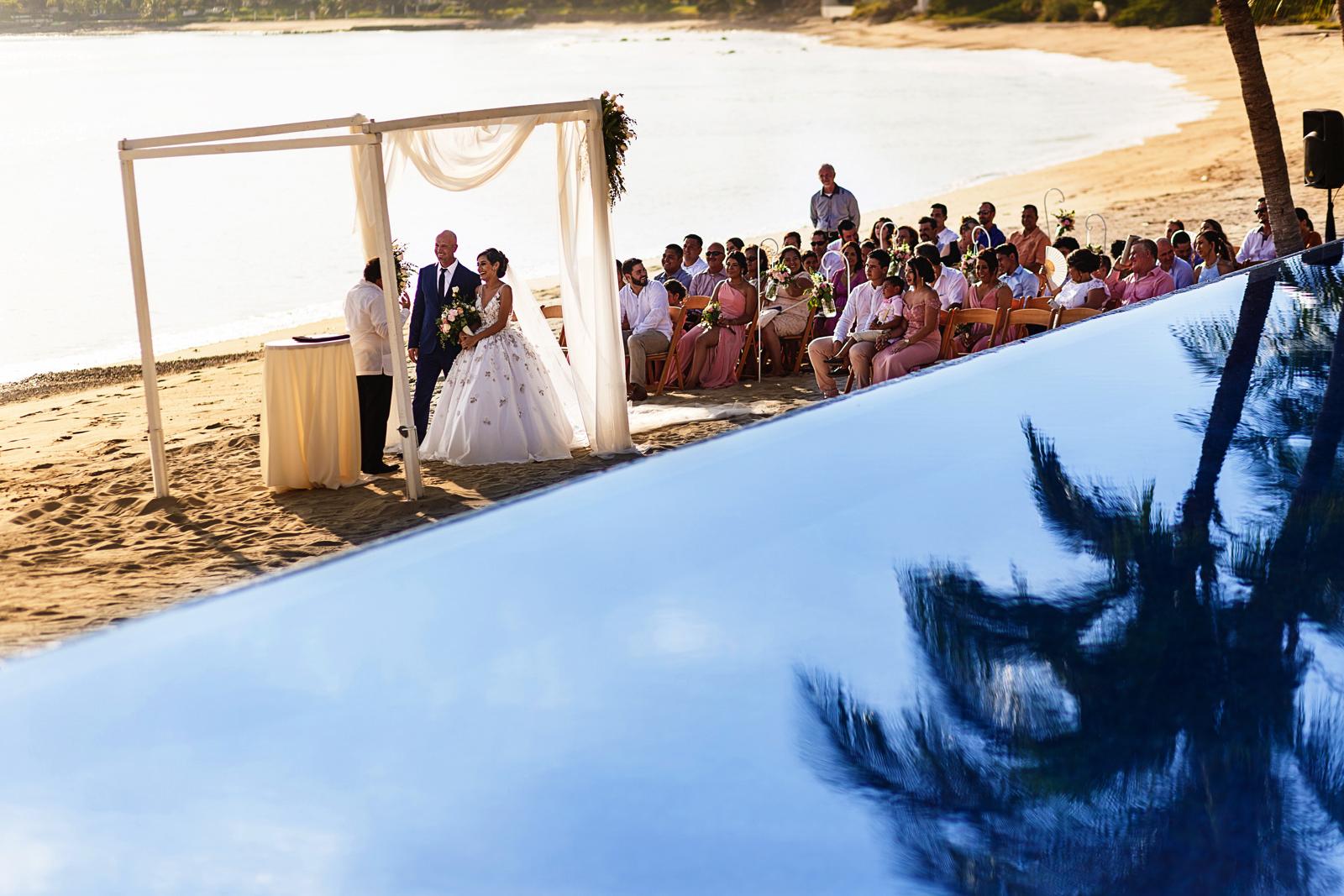 Ceremonia de boda en la playa al atardecer en el pacifico mexicano
