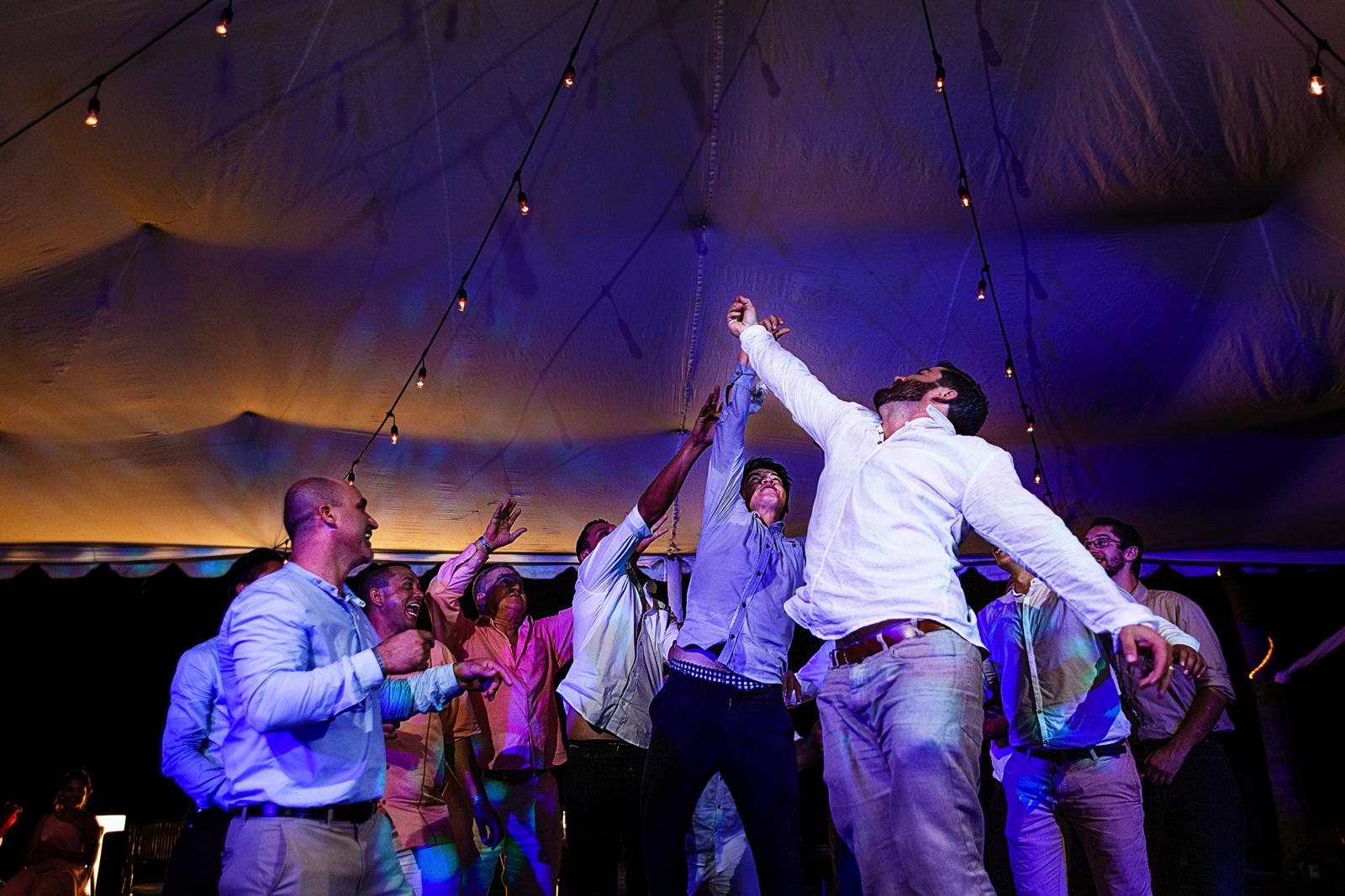 Invitados hombres saltan para ganar la liga de la novia en el lanzamiento
