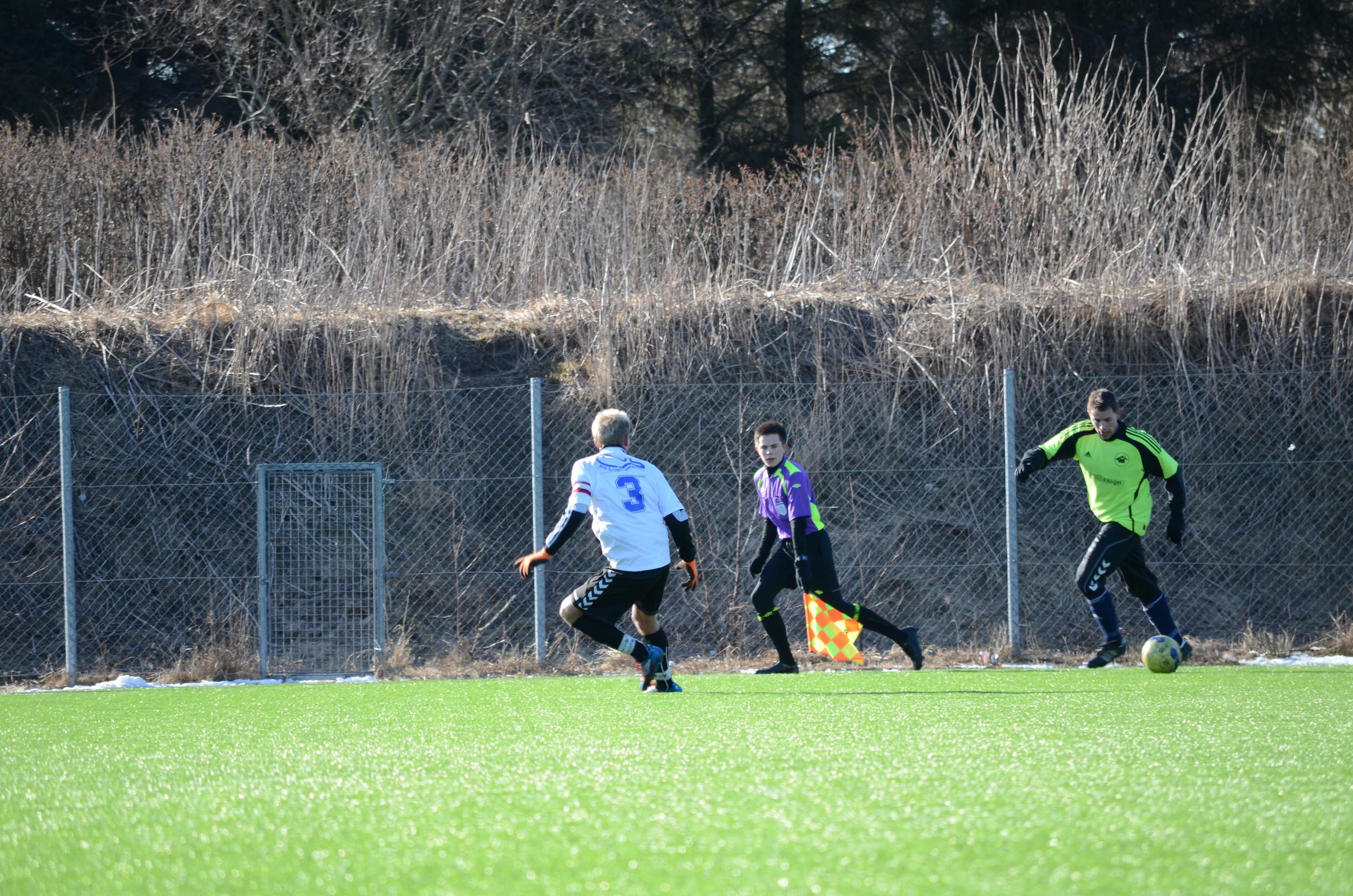 Talentgruppedommer Fredrik Glendrange holder blikket på spillet som assistentdommer i en kamp i Hirtshals.