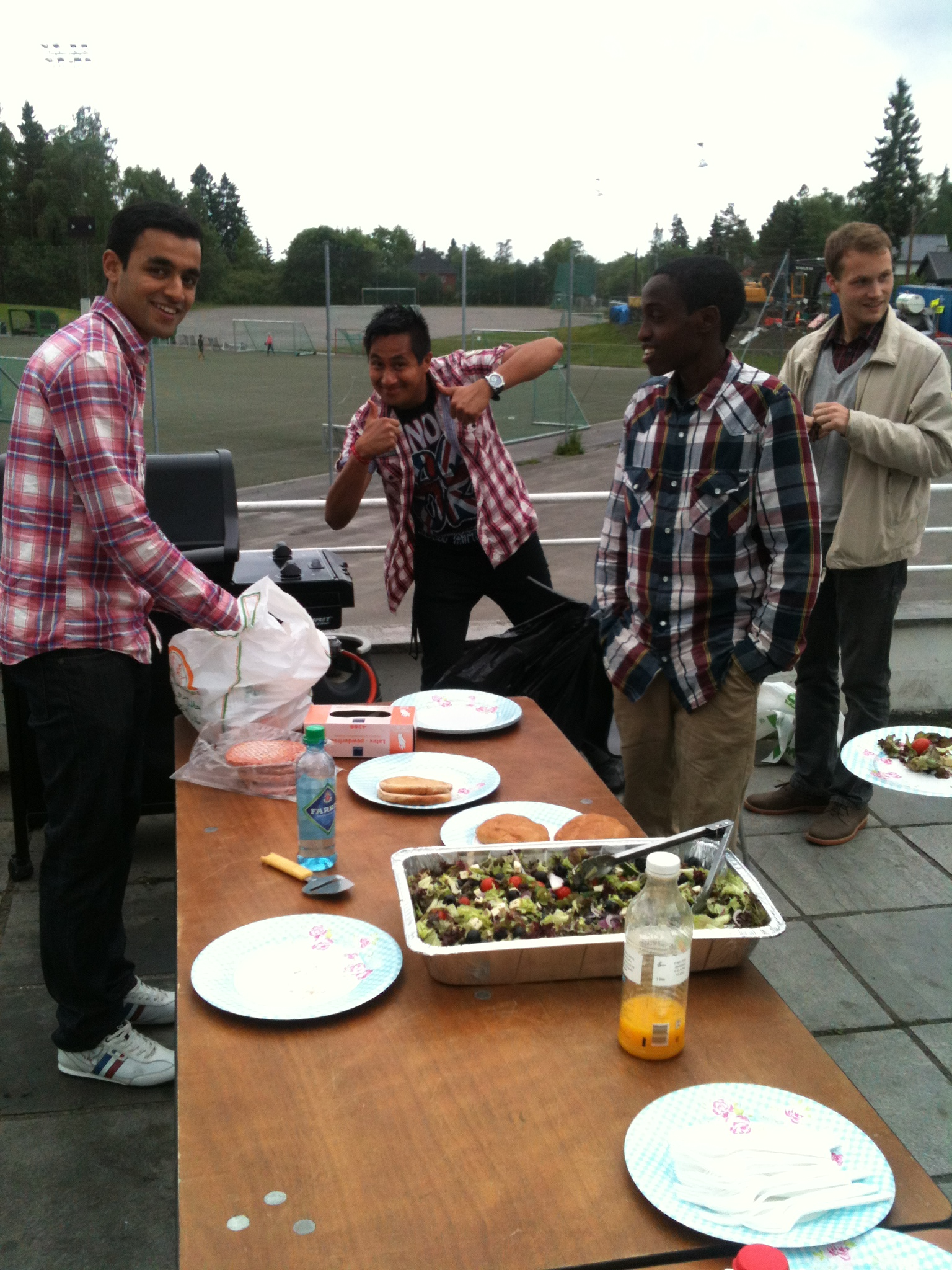 Imran, Espen og Haron var fornøyd med grillen i fjor.