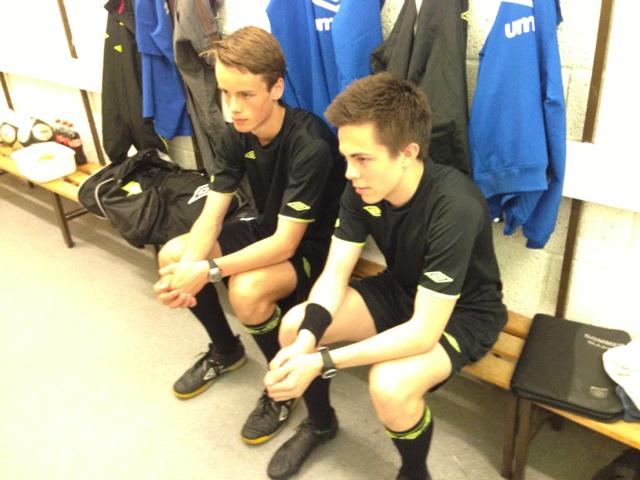 ASSISTERTE:  De unge oslodommerne Sverre Starheim (17) (t.v.) og Fredrik Glendrange (18) var assistentdommere i en av kampene på tiltaket.