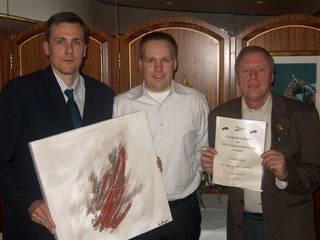 Rune Nordby (t.v.) og Leif Hansen (t.h.) ble utnevnt til æresmedlemer i Oslo Fotballdommerlaug i 2005. I midten daværende OFDL-leder Kjetil Ekeli.