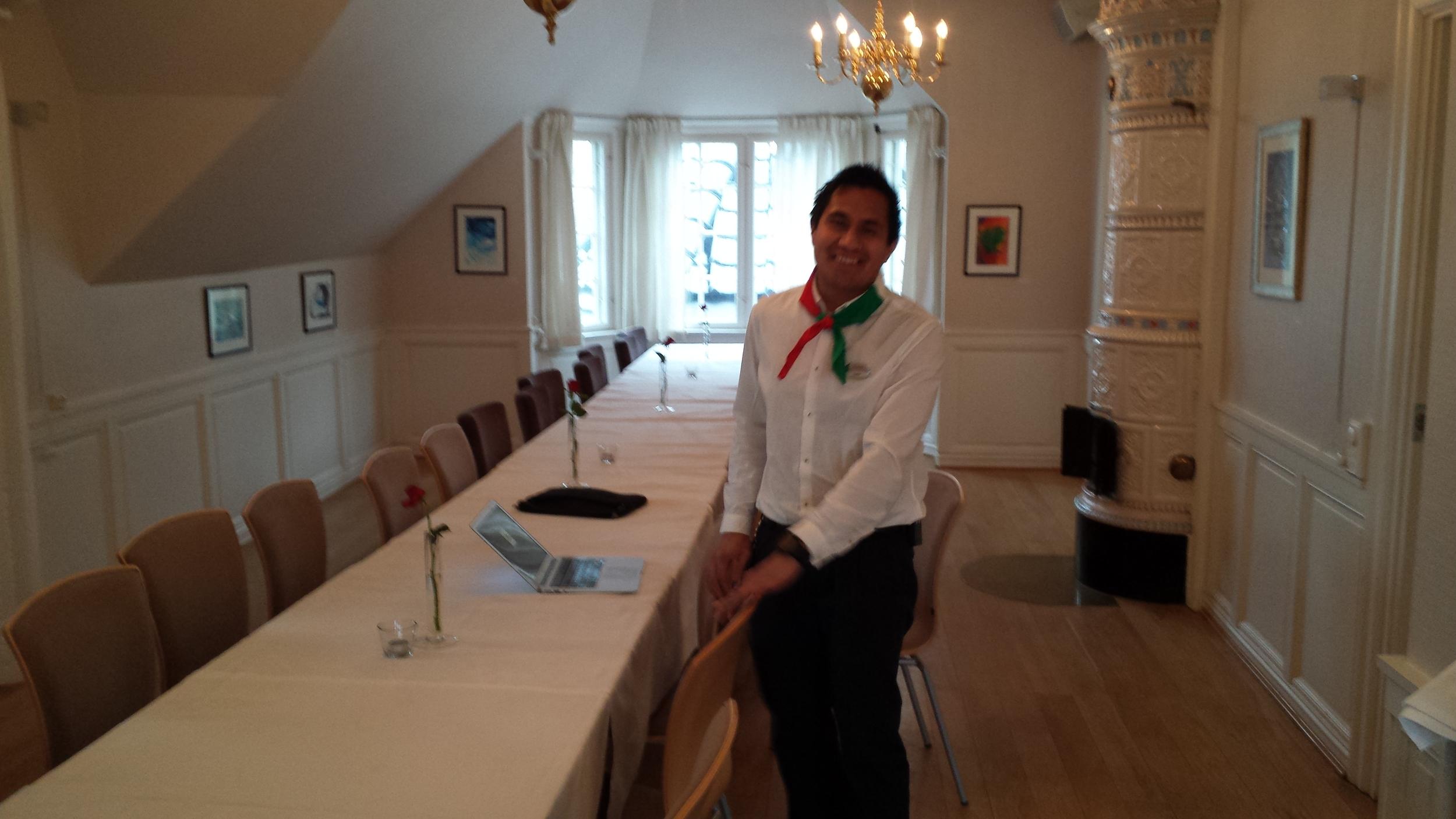KLAR: Espen Ramiro Kallerud ønsker oss hjertelig velkommen til Jacobs koselige selskapslokaler.