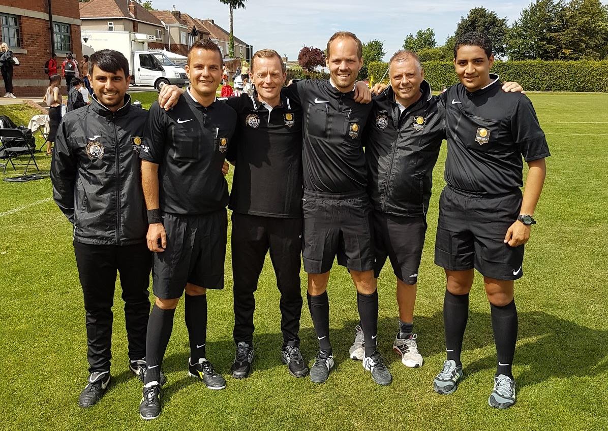 Morten Andersen-Gott flankert av de tidligere Premier League-profilene Glenn Turner og Mark Halsey, samt gode dommerkolleger.