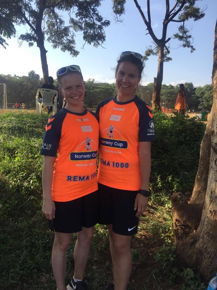 Hoveddommer Emilie Rodahl Dokset (t.h.) og assistentdommer Elisabeth Thoresen er begge klare for cupfinale nnår Sandviken møter LSK Kvinner 1. desember inne i Telenor Arena. Her er de to avbildet da de holdt kurs på en turnering i Tanzania i 2016.