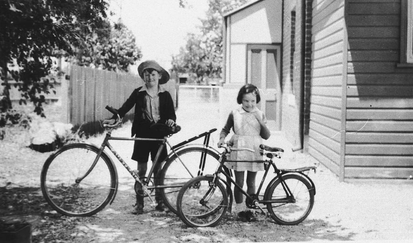 Jim and Nancy Davenport, Albury, NSW, 11 December 1938, by by - J E N Davenport.  Photo courtesy of the State Library of NSW.