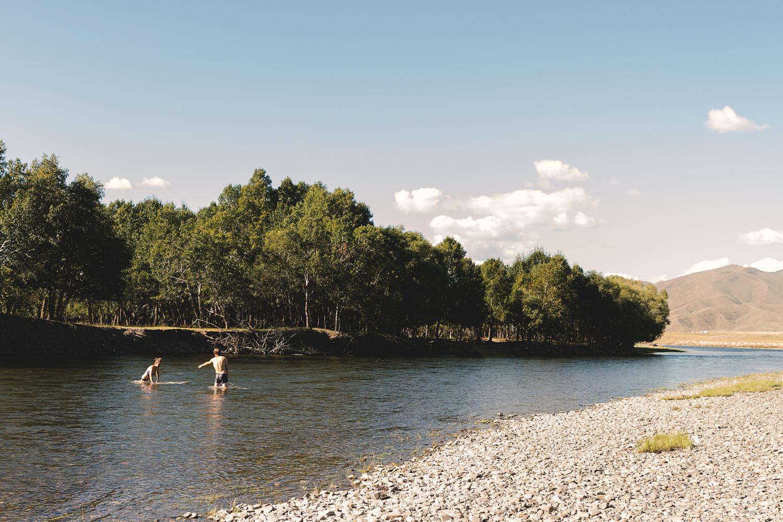 Kevin og Caro bader i elva