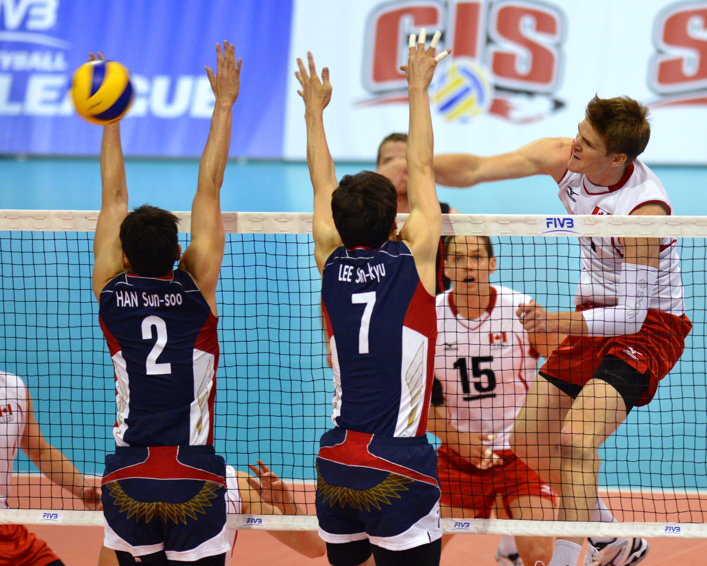 Gord Perrin with (probably) one of his 15 kills on the night Photo: FIVB, Phil MacCallum, Volleyball Canada
