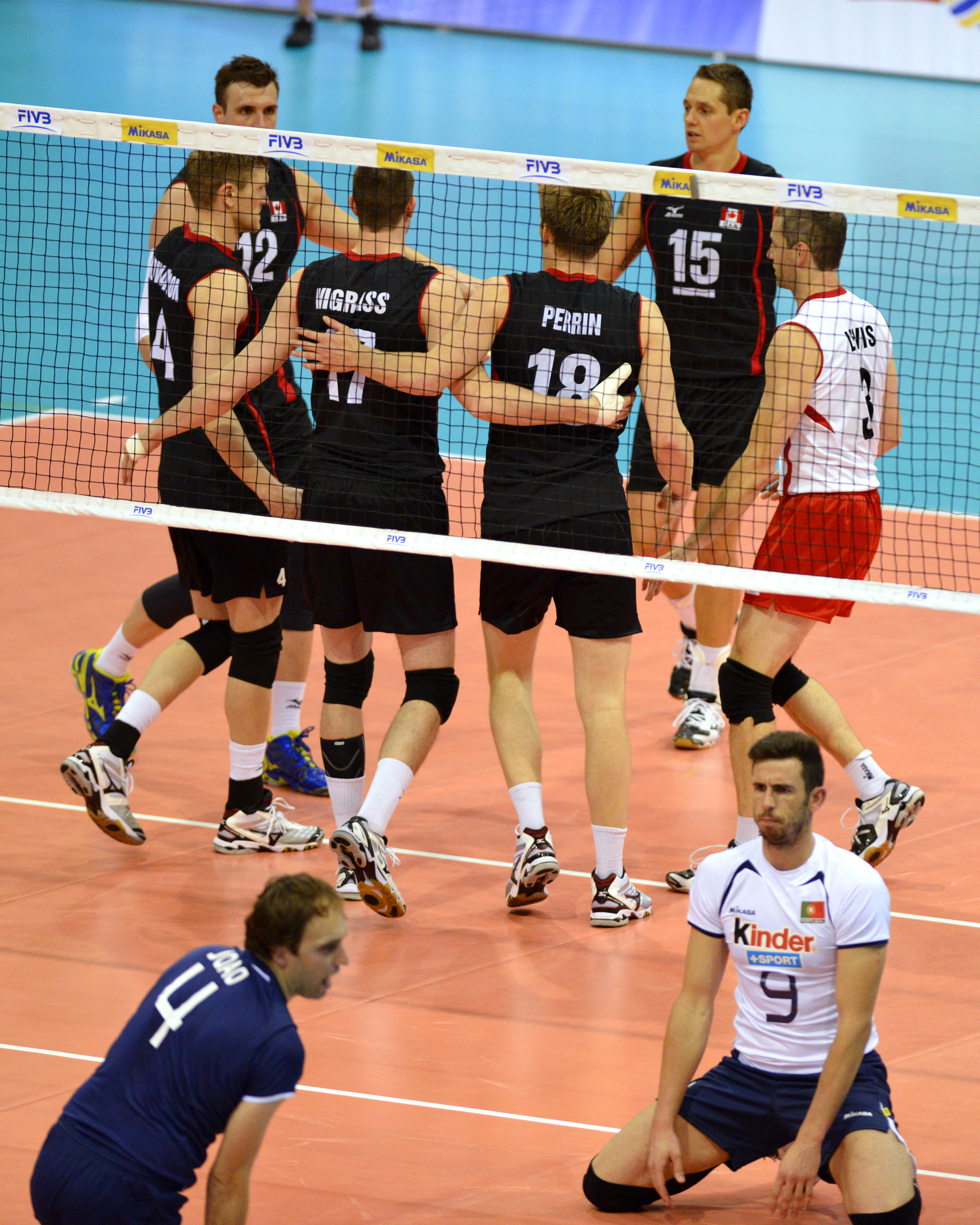 Canada gets together during their win against Portugal Photo: Phil McCallum, Volleyball Canada, FIVB